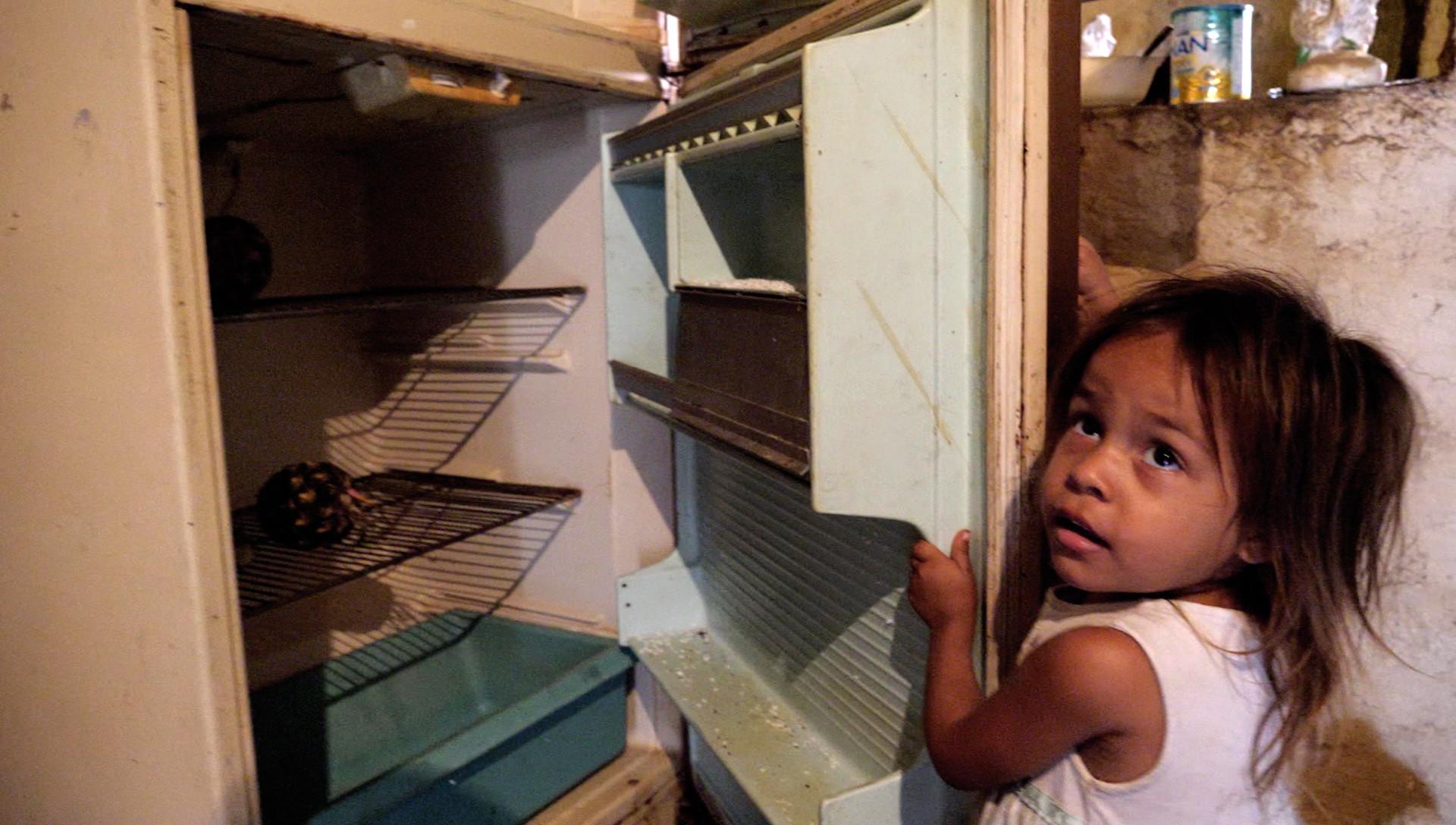 170515170602-04-venezuela-undercover-girl-empty-fridge